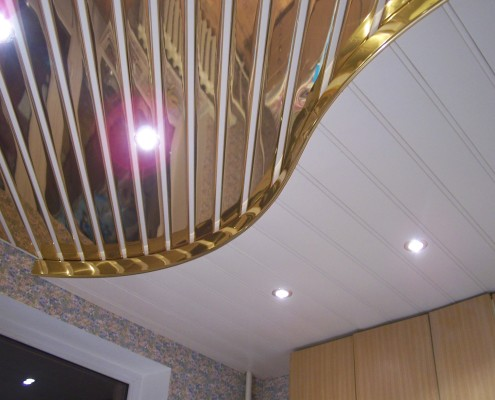 реечный алюминиевый подвесной потолок фото