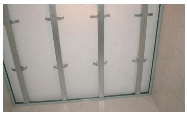 Металлическая обрешетка для монтажа пластиковых панелей на потолок в ванной