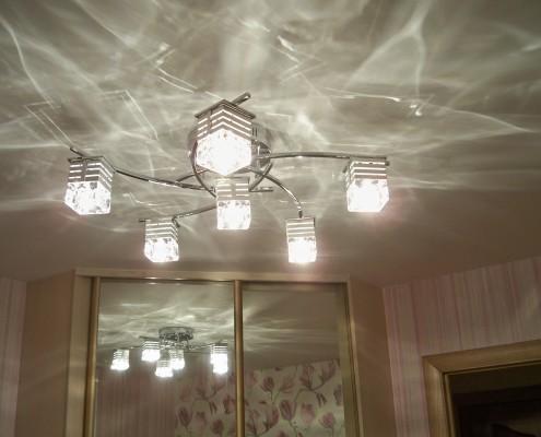 Для натяжного потолка с глянцевой поверхностью выбирают особые люстры