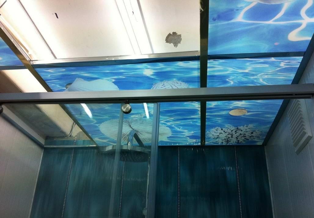 Стеклянный потолок с фотопечатью в ванной