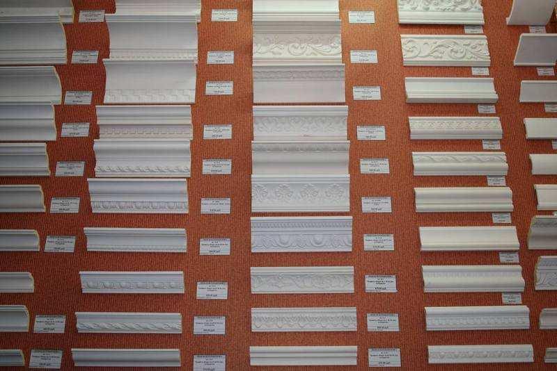 Существует множество вариантов дизайна плинтуса из пенопласта для натяжного потолка
