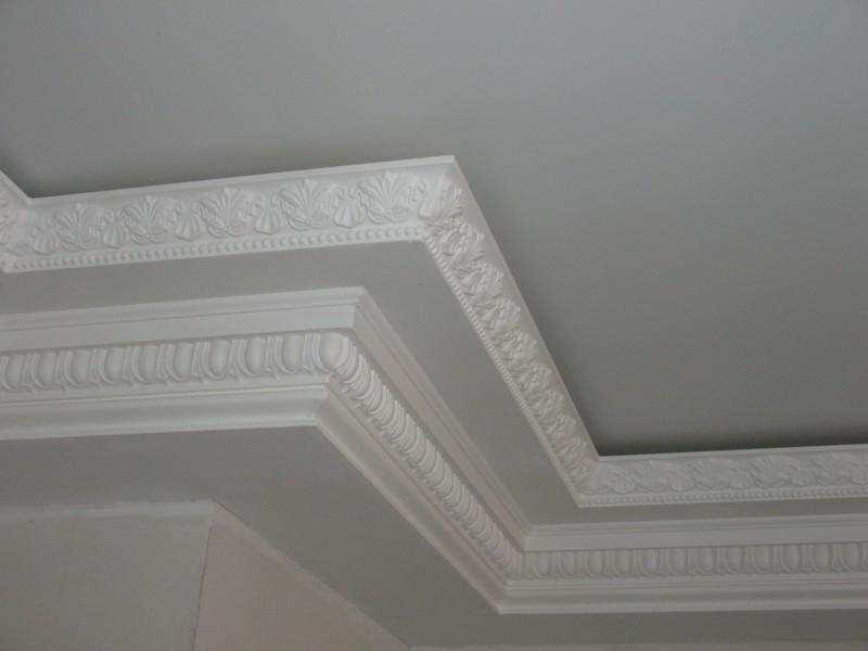 Плинтус из полиуретана нельзя клеить к натяжному потолку, только к стене