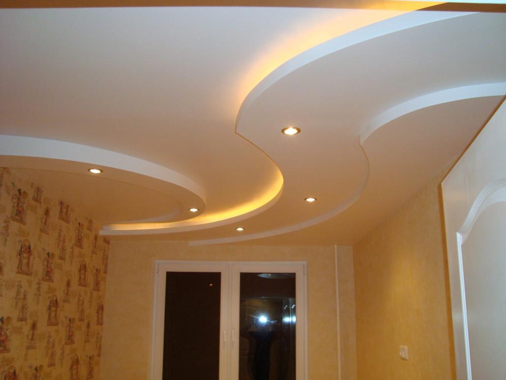 Фигурный потолок с подсветкой (точечные светильники и светодиодная лента)
