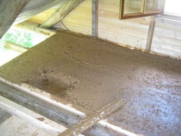 Утепление потолка смесью глины и опилок