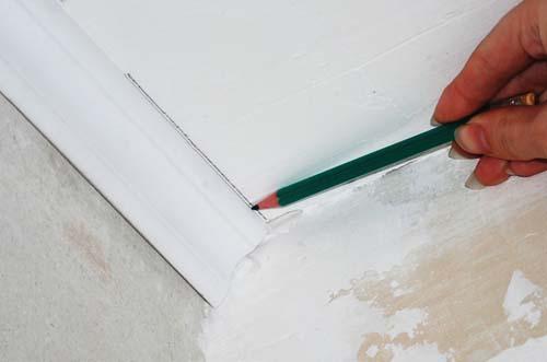 Прочертите карандашом на потолке линию плинтуса