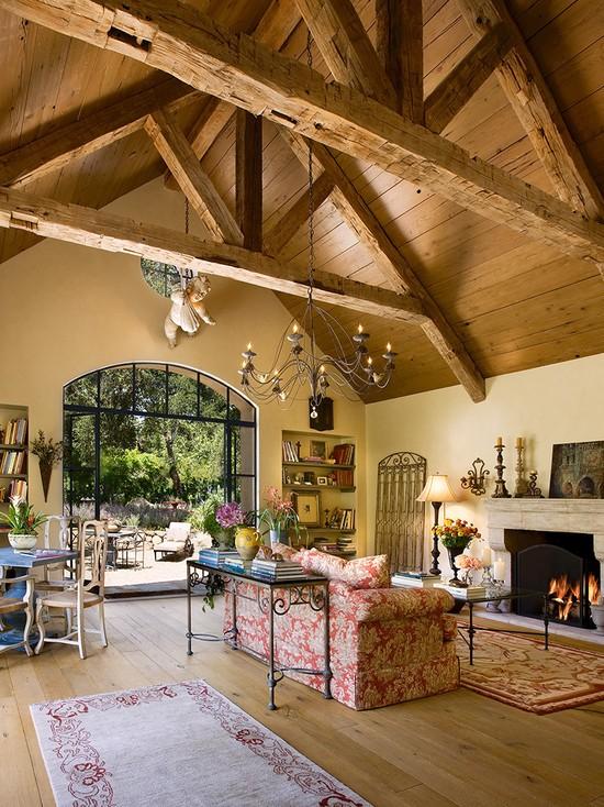 Балки на потолке имитирующие несущую конструкцию в интерьере прованс