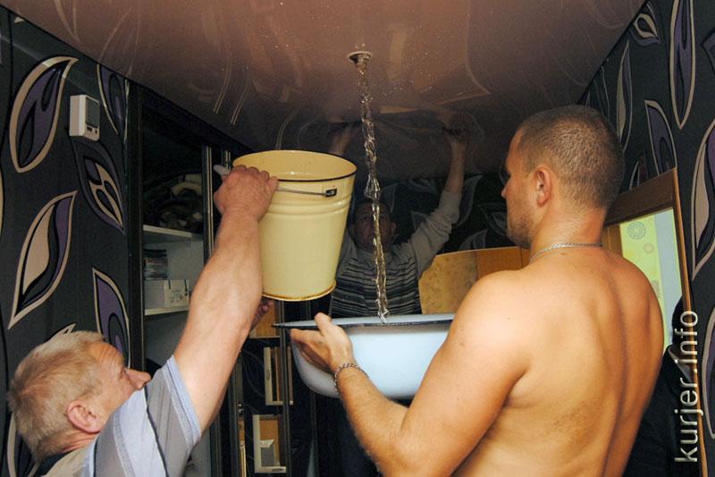 Самое главное не паниковать, пусть затопило натяжной потолок, пусть вода продолжает спокойно набираться, он выдержит