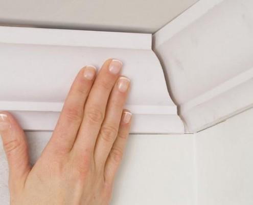 Как клеить потолочный плинтус из пенопласта?