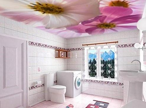 Цветочный принт на потолке ванной