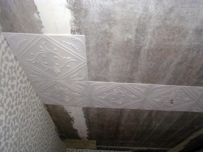 У клея должна быть высокая степень адгезии для качественного сцепления плитки с потолочной поверхностью