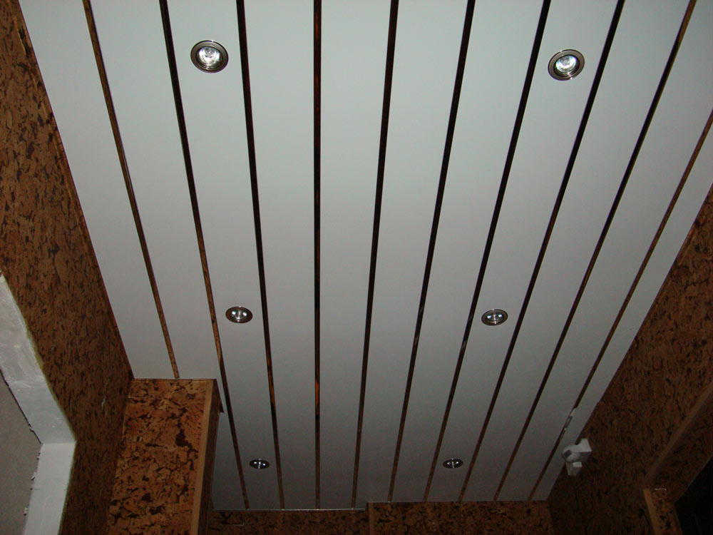 Пластинообразный реечный потолок