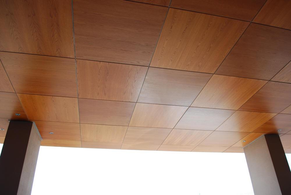 Потолок со шпонированными панелями