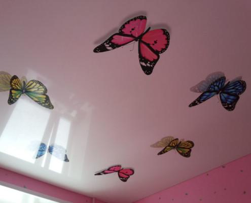 Натяжной потолок с бабочками