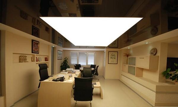 Полупрозрачный светящийся натяжной потолок в офисе