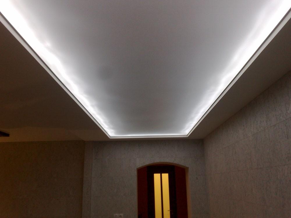 Одноуровневый белый светопрозрачный потолок в прихожую 5 м2