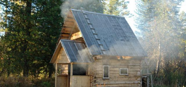 чем утеплить потолок в бане недорого